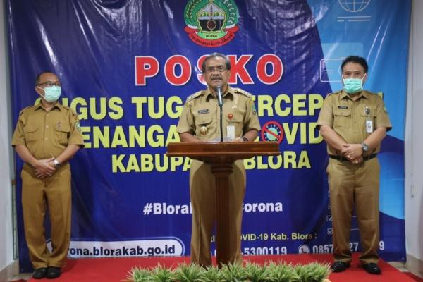 Bupati Blora Djoko Nugroho dalam konferensi pers terkait isu kasus Covid-19, Senin (30/03)