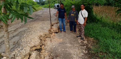 Jalan utama amblas di kawasan Bruk Bolong jurusan Desa Nglebur, Desa Janjang, dan Desa Bleboh Kecamatan Jiken Kabupaten Blora