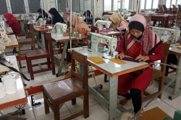 Pembuatan 1000 masker sebagai upaya pencegahan penularan Covid-19 di SMK PGRI Blora