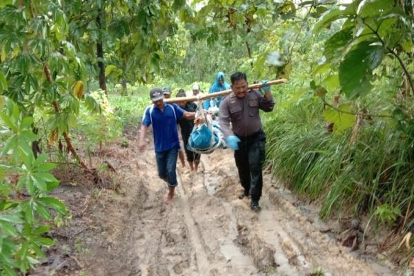 Aparat Polsek Jati Polres Blora, Aipda Joko Tri memikul jenazah korban sejauh 3 kilometer dari tengah hutan wilayah Desa Gempol Kecamatan Jati Kabupaten Blora