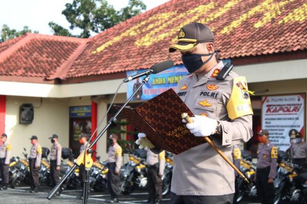 AKBP Ferry Irawan bertindak selaku Inspektur Upacara memimpin langsung upacara serah terima