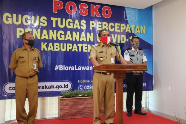 Bupati Djoko Nugroho dalam konferensi pers di Posko Gugus Tugas Percepatan Penanganan (GTPP