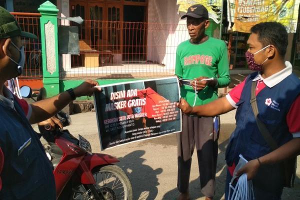 Pembagian masker di pos distribusi gerakan sejuta masker