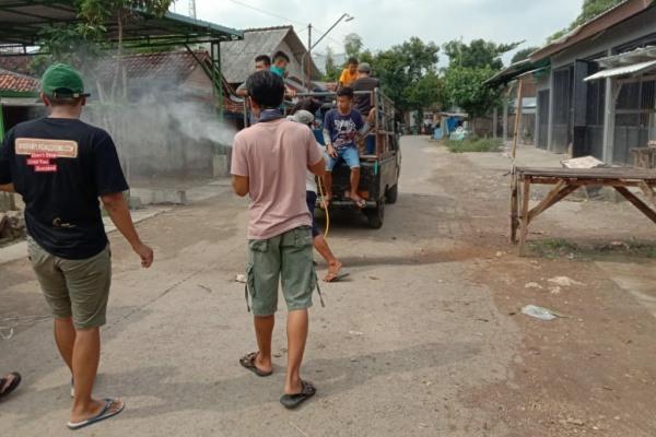Gerakan Pemuda (GARDA) 03 Kelurahan Ngawen Kecamatan Ngawen, melakukan penyemprotan disinfektan