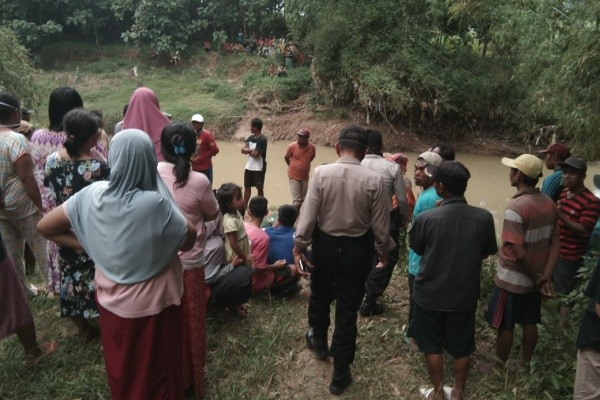 Irfan Romadhon (11). Korban tenggelam di sungai desa setempat.