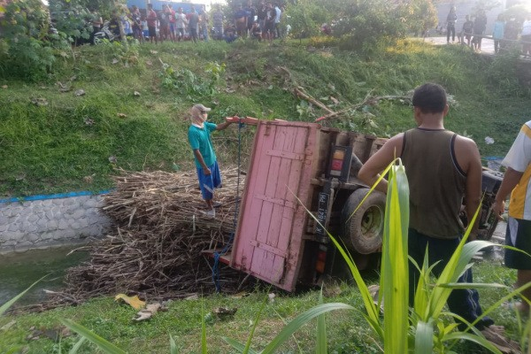 truk bermuatan tebu terguling di Jl.Raya