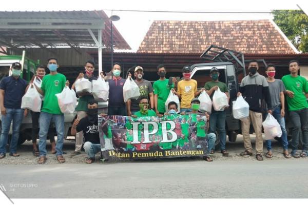 Pembagian paket kue lebaran untuk warga kurang mampu di Dusun Bantengan Desa Jati Kecamatan Jati Kabupaten Blora