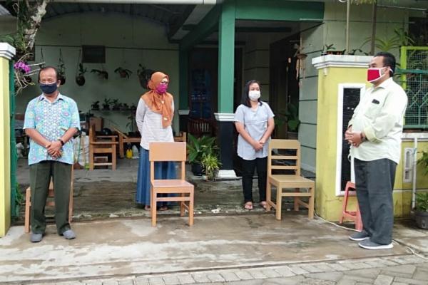 Bupati  Arief Rohman dengan didampingi Plt. Kepala Dinas Kesehatan Lilik Hernanto melakukan kunjungan ke rumah pasien yang telah dinyatakan  sembuh