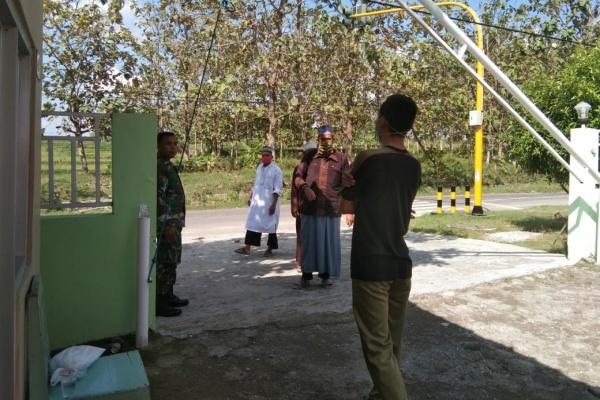 Orang tua santri saat menjenguk pasien di klinik Bakti patma