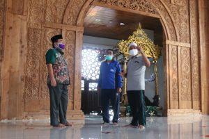 Wakil Bupati Blora, Arief Rohman terlihat langsung memantau persiapan Masjid melaksanakan new normal