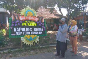 Karangan bunga di kediaman korban kecelakaan
