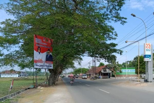 Baliho di utara pasar sidomakmur