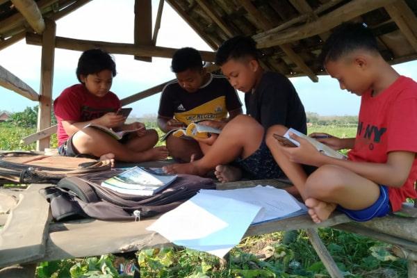 Adit (17) siswa asal SMK Negeri 1 Jati bersama teman-temannya setiap pagi harus mendatangi gubuk mencari tempat yang ada sinyal.