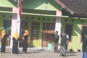 Pengasuh dan santri Pesantren Nurul Huda Jiken saat upacara kemerdekaan RI ke-75