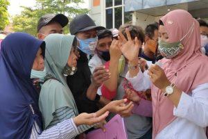 pengunjung yang membanjiri halaman kantor Dindagkop - UKM Blora