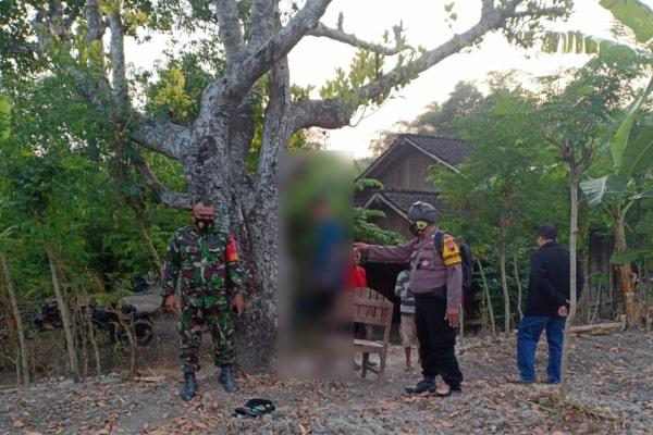 Seorang pria asal Randublatung ditemukan tewas gantung diri di pohon nangka.