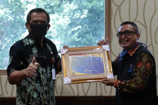 Bupati Blora terima plakat penghargaan WTP