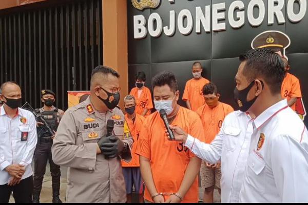 Polres Bojonegoro mengamankan Dua tersangka penggelapan mobil rental