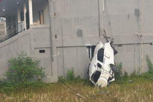 Mobil rush mengalami kecelakaan tunggal menghantam tembok gedung PPNI Blora