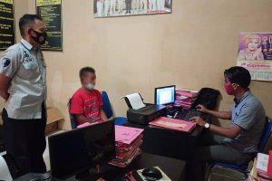 Unit Reskrim Polsek Blora mengamankan pria yang kedapatan mencuri Handphone
