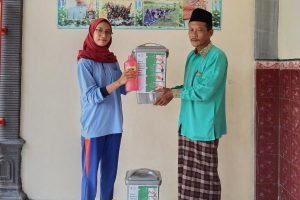 Hesti Rindhi Anggraeni, peserta KKN RDR UIN Walisongo memberikan tempat cuci tangan kepada pengelola madin.