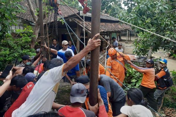 Tim TRC BPBD Memgevakuasi sapi yang tercebur sumur