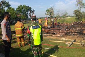 Petugas mendatangi lokasi kebakaran