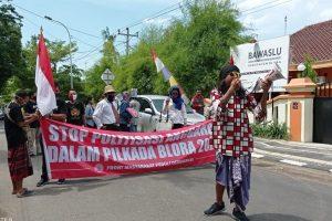 Front Masyarakat Peduli Demokrasi kembali menggeruduk Kantor Bawaslu Kabupaten Blora