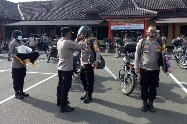 Acara simbolis sepeda motor kepada bhatinkamtibmas.