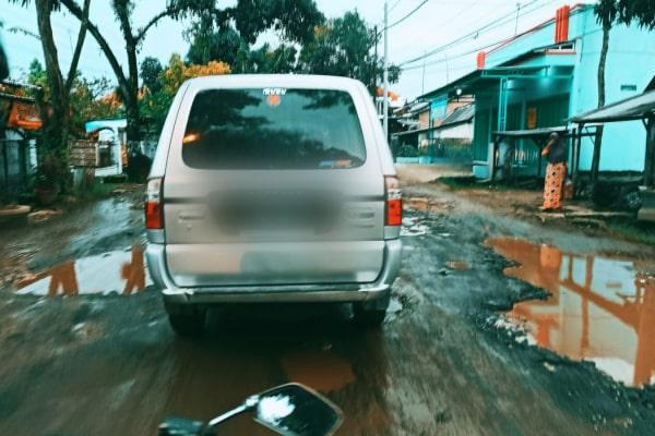 Bupati Blora Arief Rohman dalam paripurna DPRD Blora mengungkapkan lebih dari 2/3 jalan di Blora rusak. Ada 940,91 kilometer atau 77,71 % sementara sisanya dalam kategori baik yakni 269,93 km atau 22,29 %.