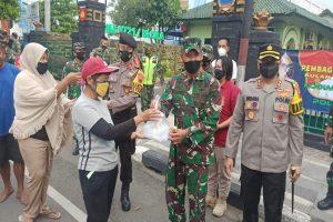 SINERGITAS TNI-POLRI DI BLORA BAGIKAN 350 PAKET TAKJIL BAGI PENGGUNA JALAN