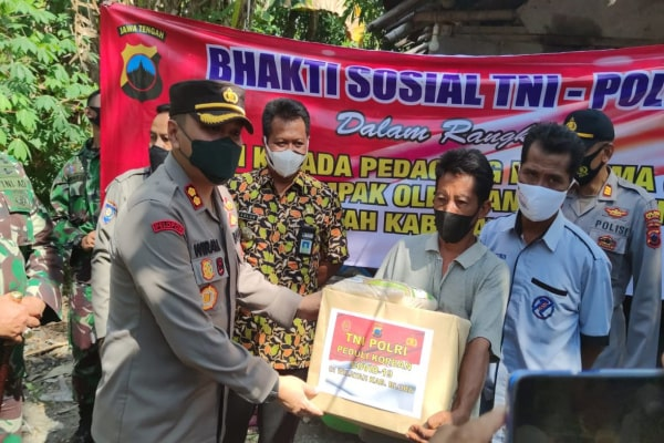 GANDENG PWI, TNI-POLRI BAGIKAN 600 PAKET SEMBAKO