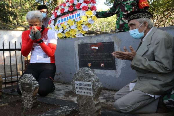 GANJAR ZIARAHI MAKAM SOEGIARIN, JURNALIS YANG SEBARKAN KEMERDEKAAN INDONESIA KE SELURUH DUNIA